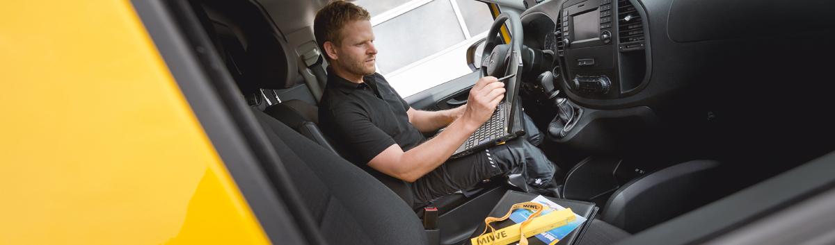 Servicemitarbeiter in Auto
