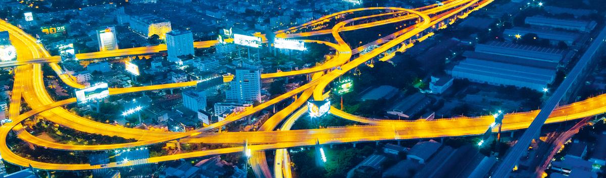 Luftaufnahme beleuchtete Straßen in Großstadt